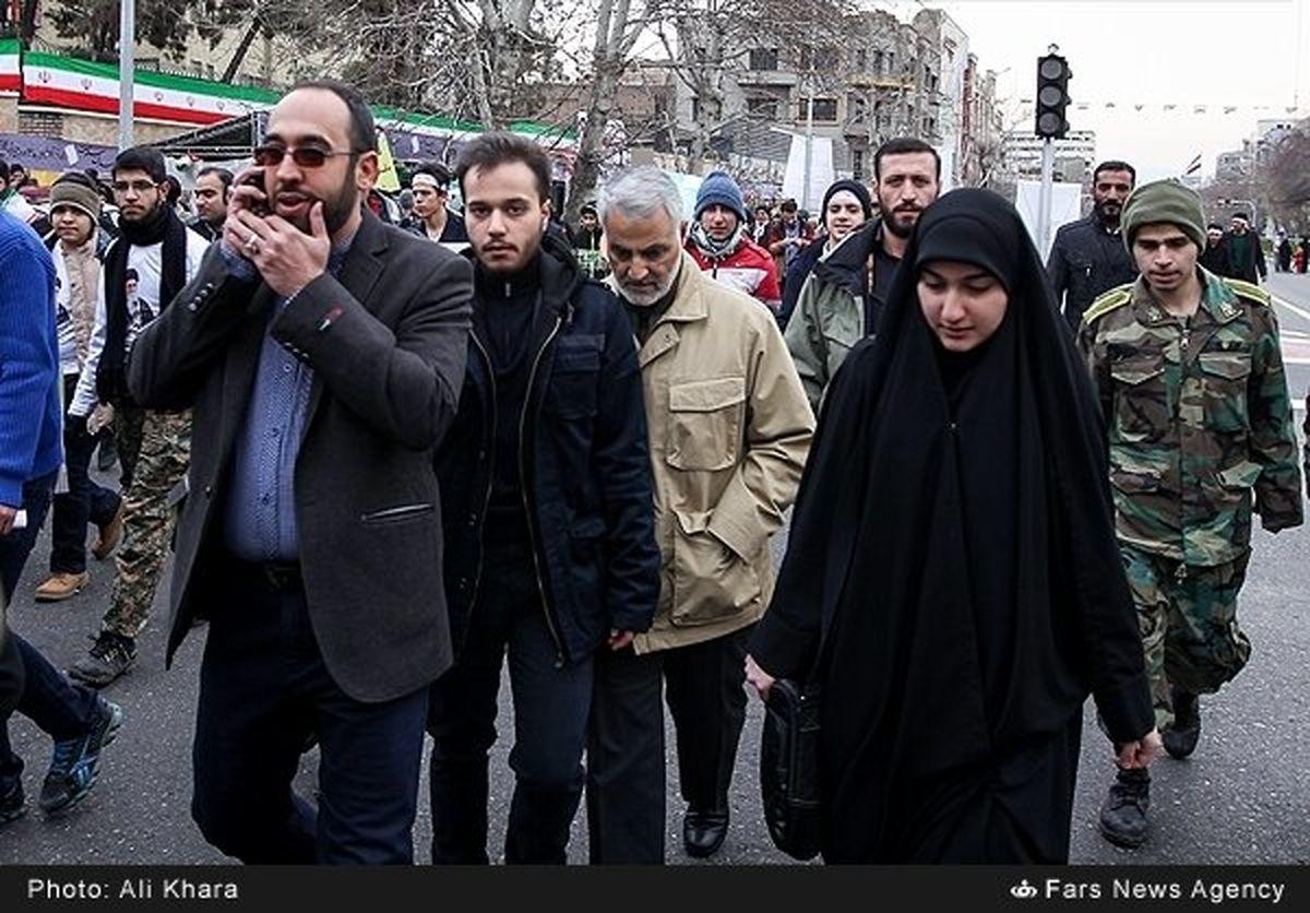 زینب سلیمانی به همراه پدر و برادرش در یک راهپیمایی در تهران
